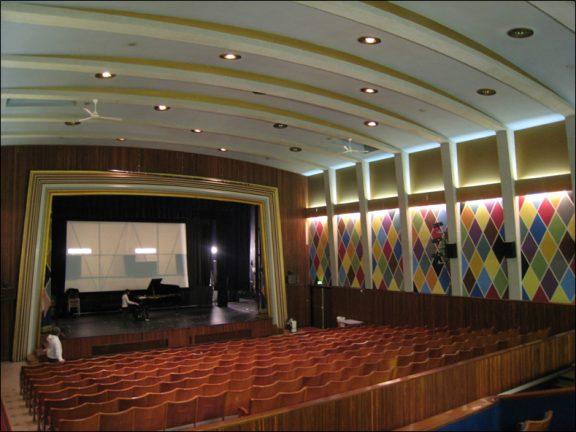 Kinosalen i Sortland rådshus og kino er rikt dekorert med tidstypiske kraftige farger. Foto: Nordland fylkeskommune