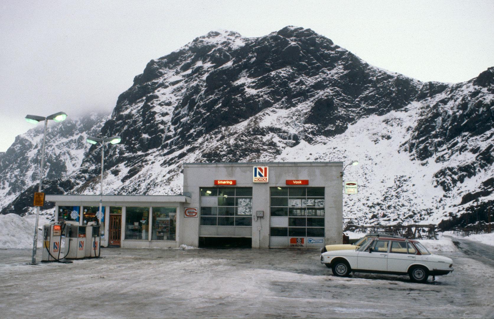 Det skulle ikke være noen tvil om den nasjonale tilhørigheten til Norol-stasjonene, som denne i Stamsund i Lofoten. Bildet er tatt i 1980.
