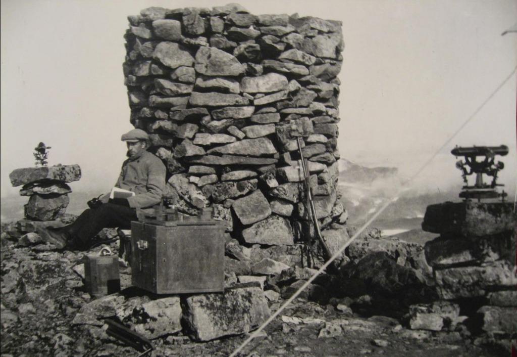 Fra 1. ordens triangulering ved Store Juklegga – Høgeloft sør for Fillefjell ca. 1920 moh. Assistent og to teodolitter. Foto ca. 1910 Statens kartverks arkiv.