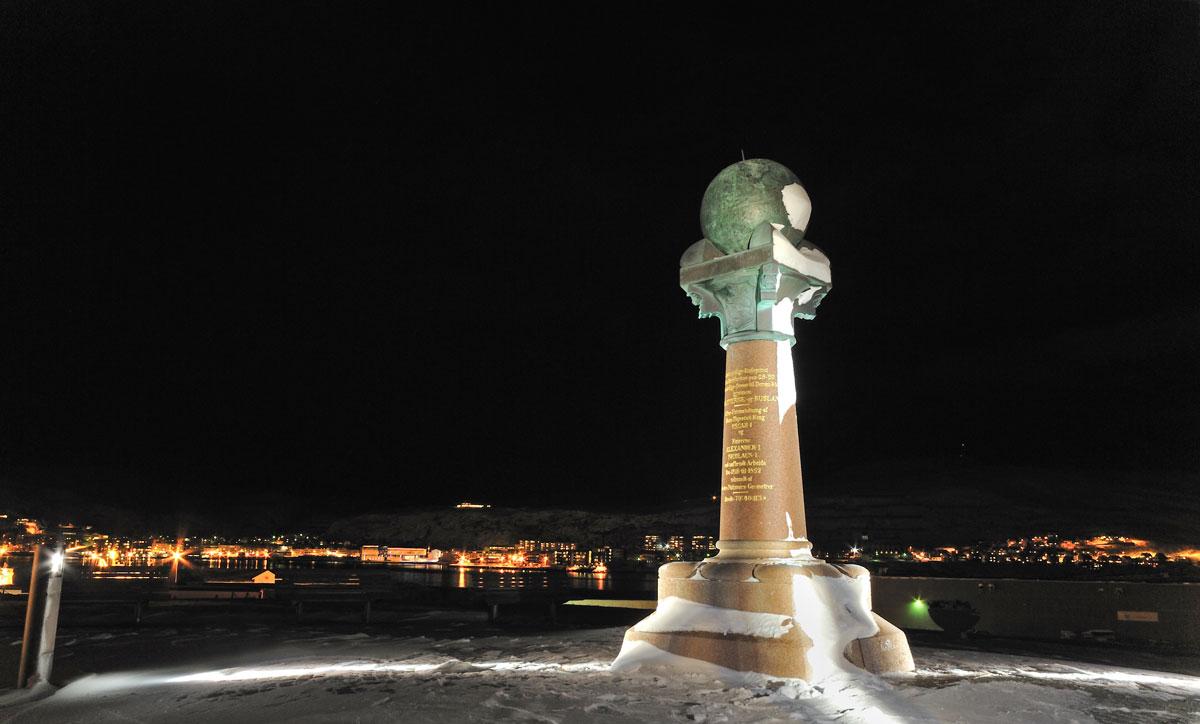 Statuen utenfor Hammerfest ble reist i 1854. Gjerdet rundt ble bygget noen år senere. Foto: Riksantikvarens arkiv