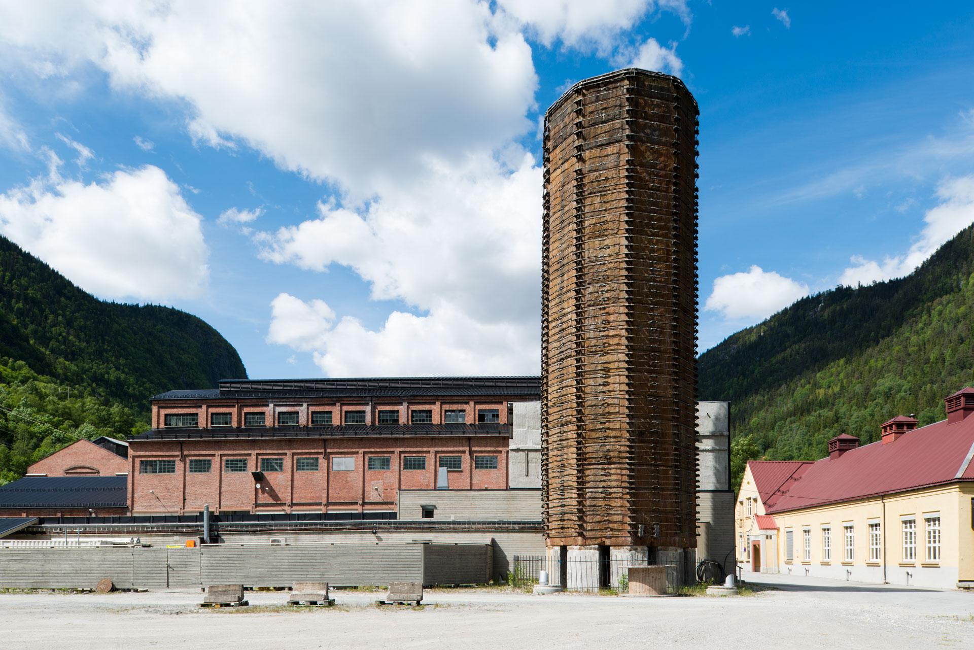 Syretårnet er det siste vi har igjen fra det første produksjonsanlegget «Rjukan I» som startet produksjonen av ammoniumnitrat og «Norgesalpeter» i november 1911. Foto: Per Berntsen©Riksantikvaren
