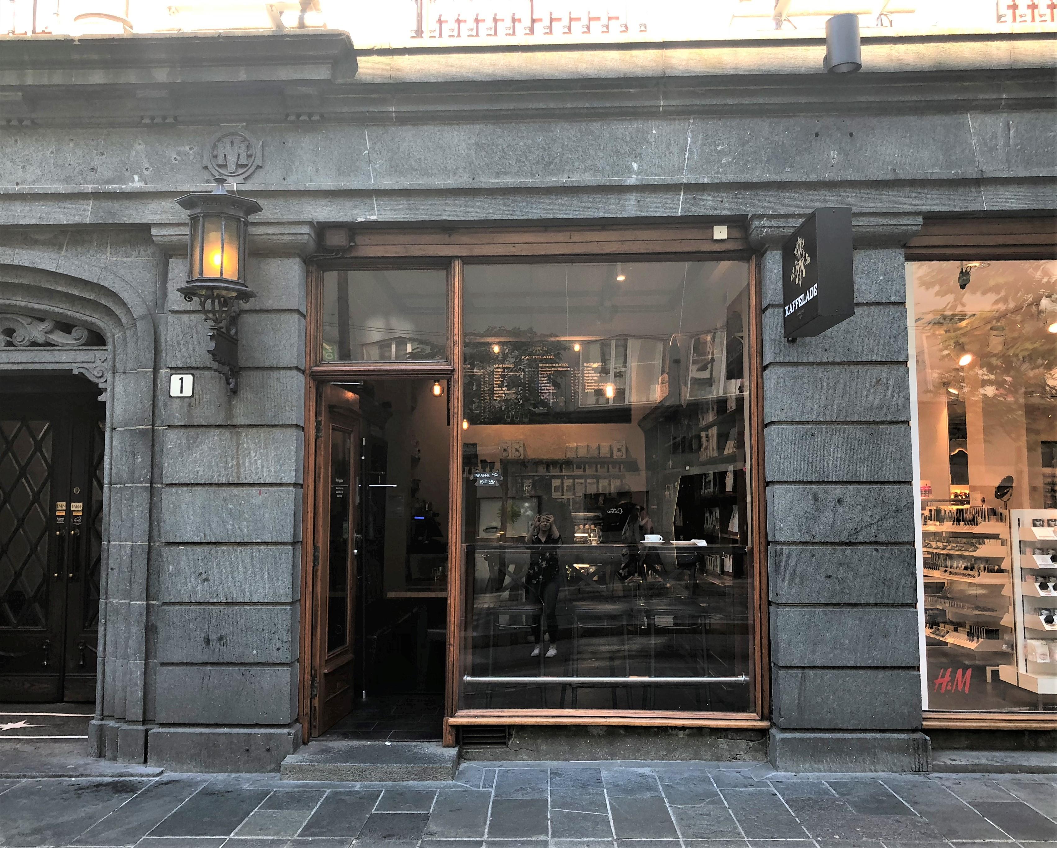 Bildet viser en fasade i Olav Kyrres gate, som skjuler ein sjeldan skatt av eit handverk frå 1920-åra. Foto er teke av Linn Brox Riksantikvaren.