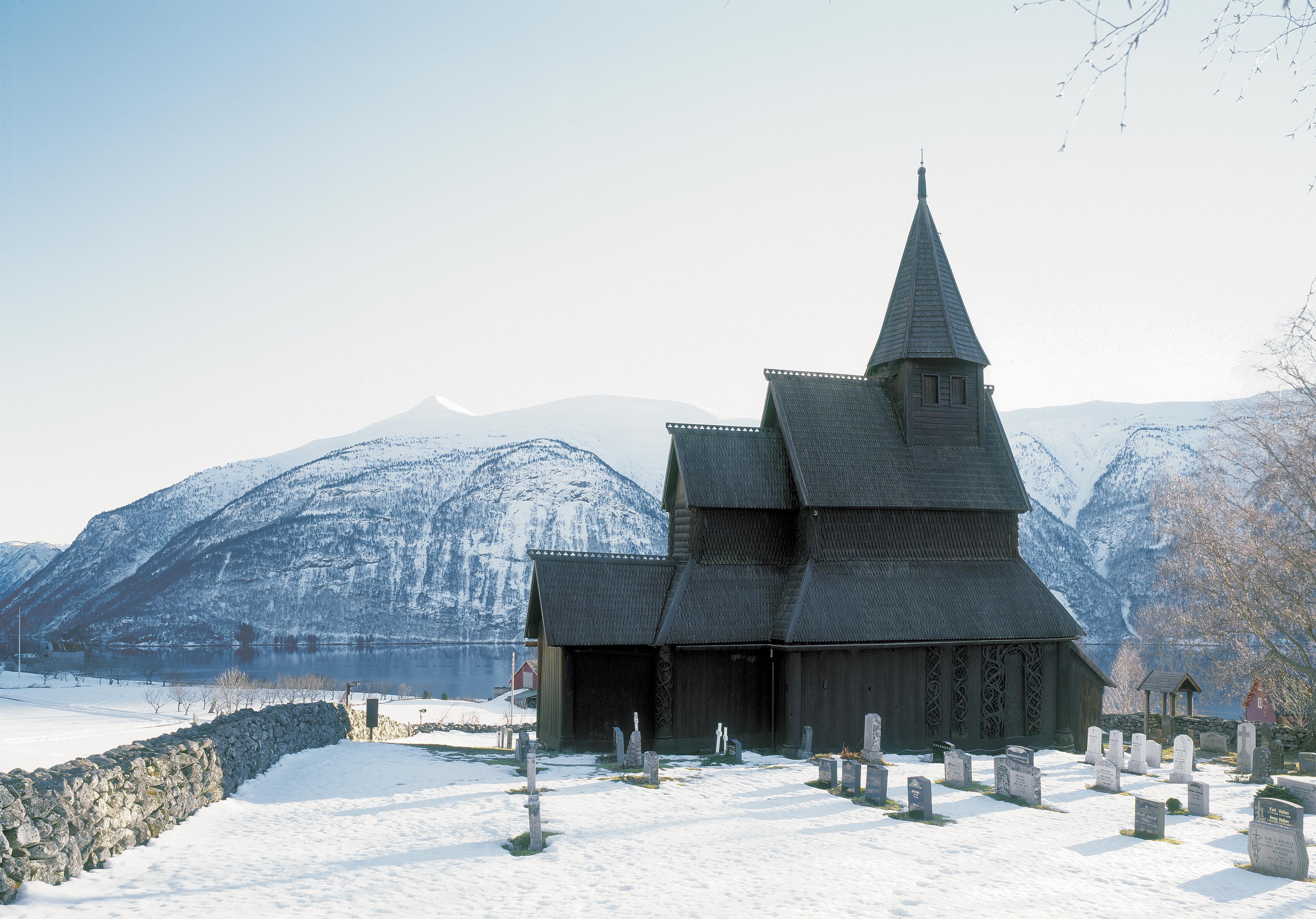 Urnes stavkyrkje i vakkert vinterlandskap ved Lustrafjorden i Sogn og Fjordane. Foto: Jiri Havran Riksantikvaren