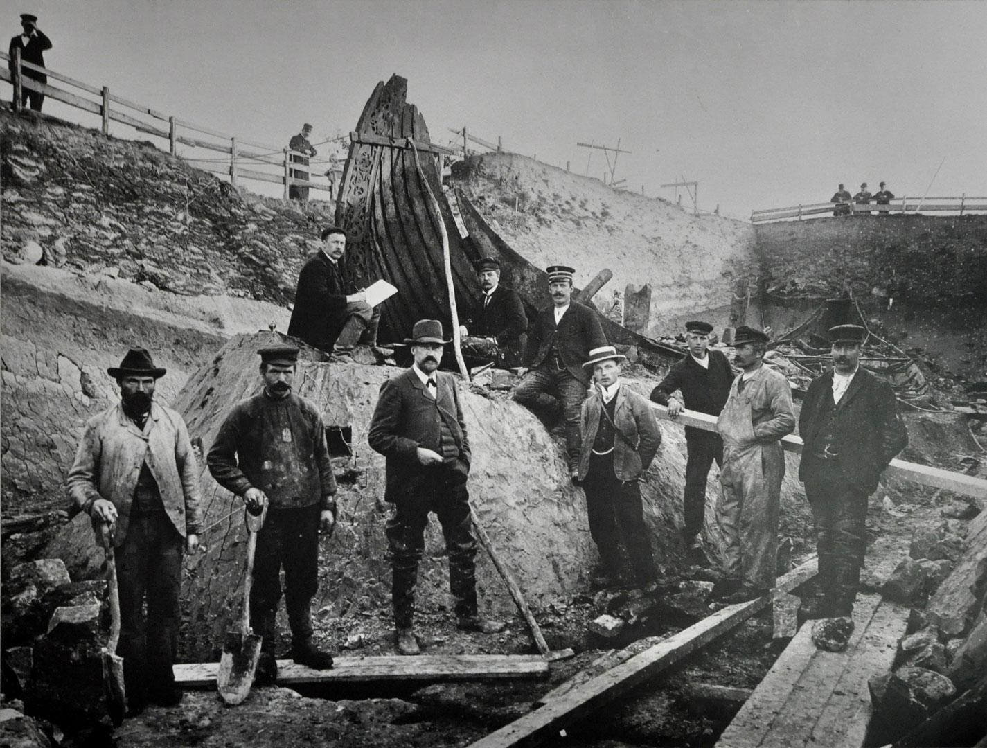Fra utgravingen av Oseberghaugen ved Tønsberg i 1904 med det berømte Osebergskipet. Funnene herfra kan sees på Vikingskipsmuseet i Oslo. Foto: ukjent / Kulturhistorisk museum UiO via Wikimedia Commons
