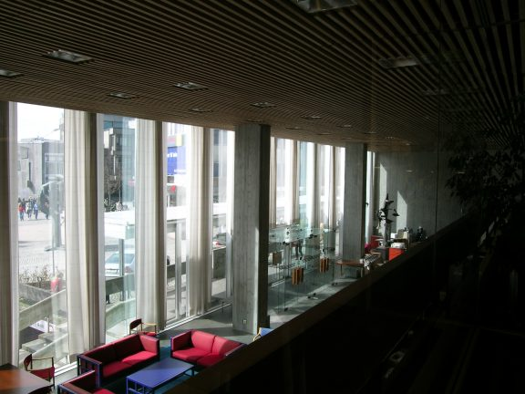 Bilde av innsiden til Norges bank. Utsikt ned fra mesaninen mot foajeen og til Domkirkeplassen utenfor. Foto: Morten Stige, Riksantikvaren