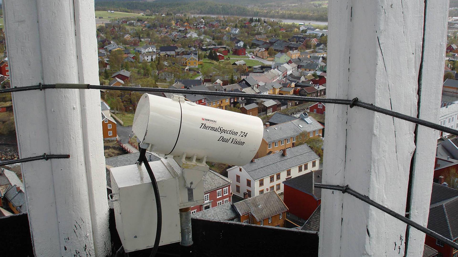 Varmedetekterende kameraer kan være en effektiv metode for å oppdage branner i tett trehusbebyggelse. Dette kameraet er montert i tårnet til Røros kirke for å overvåke Bergstaden. Foto: Einar Karlsen / Riksantikvaren
