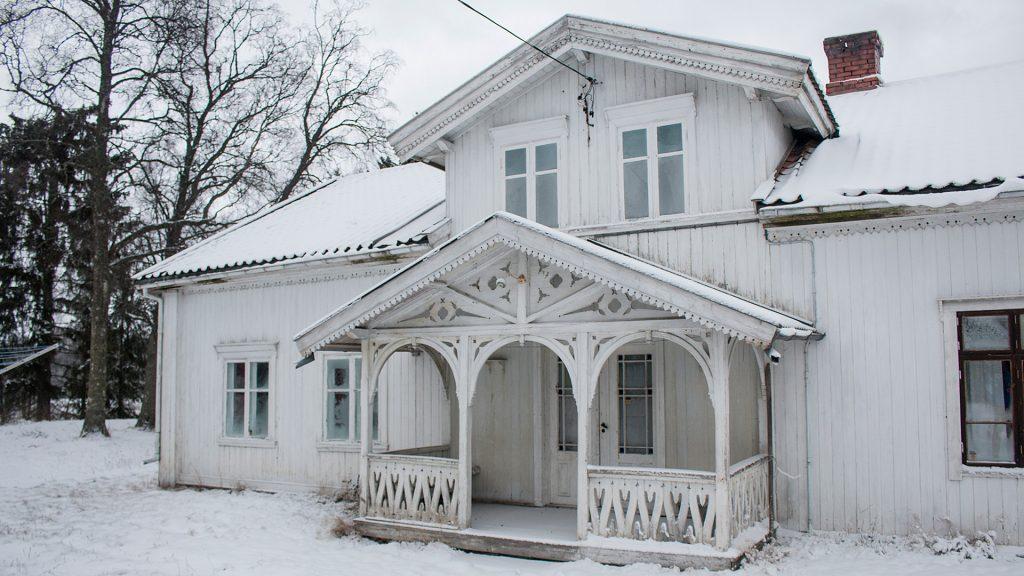Bilde av Våningshuset på Vest-Nor med inngangsparti i sveitserstil. Foto: Bård Langvandslien, Riksantikvaren