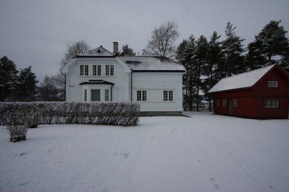 Villaen og uthuset. Foto: Eystein M. Andersen/ Riksantikvaren