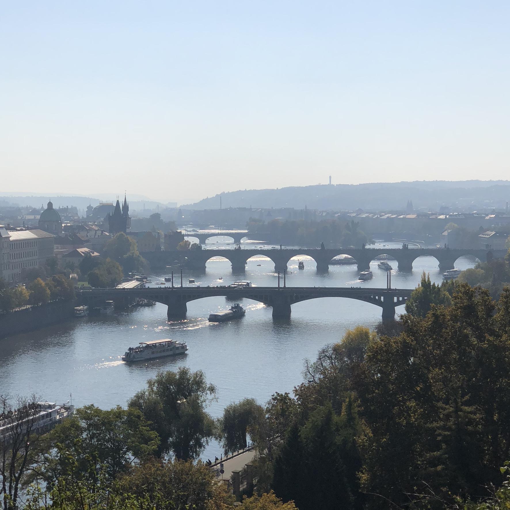 Vltava, Tsjekkias lengste elv, krysses av 18 broer, deriblant den verdensberømte Karlsbroen. Foto: Vegard Berggård