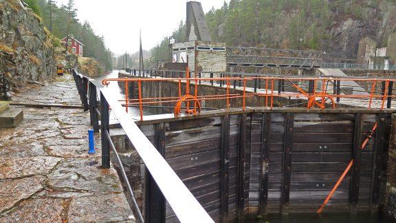Ved Vrangfoss sluser med damvokterboligen. Foto: Siri Hagen Riksantikvaren