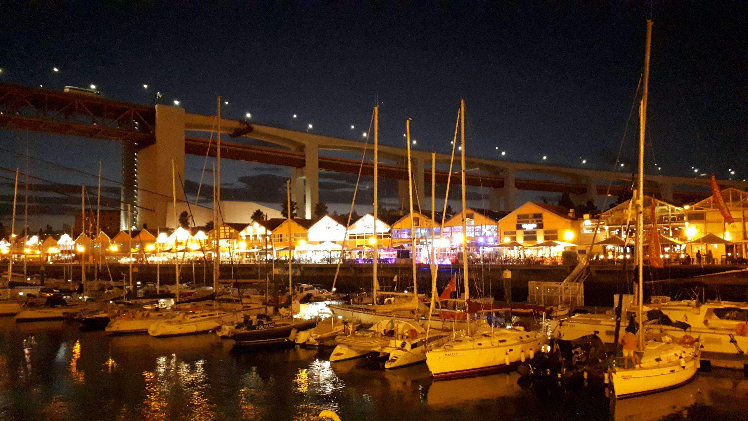 Havnen i Lisboa om kvelden