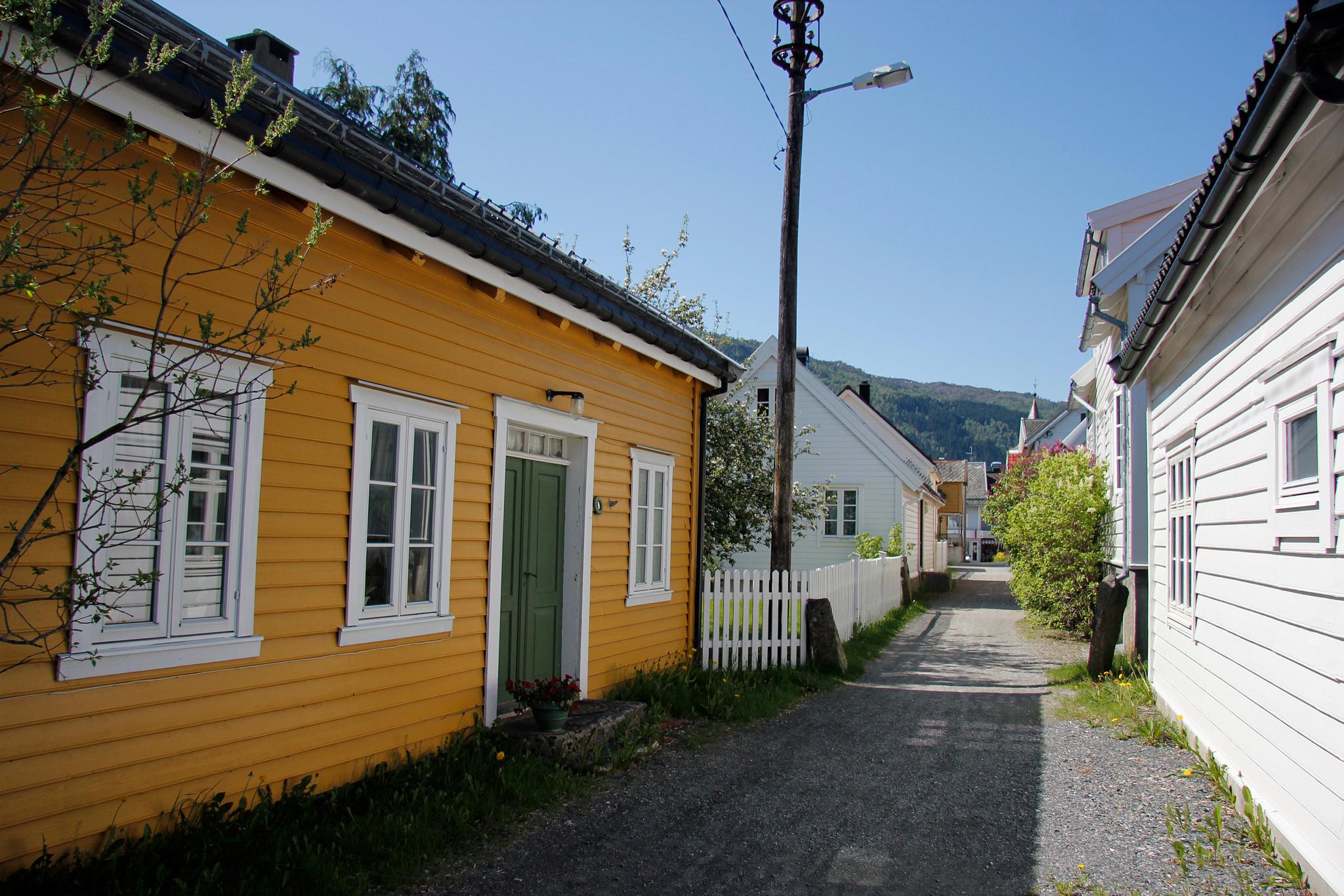 Bildet viser Tverrgata, Nordfjordeid. Foto: Anders Sellevold Aaseth, Riksantikvaren