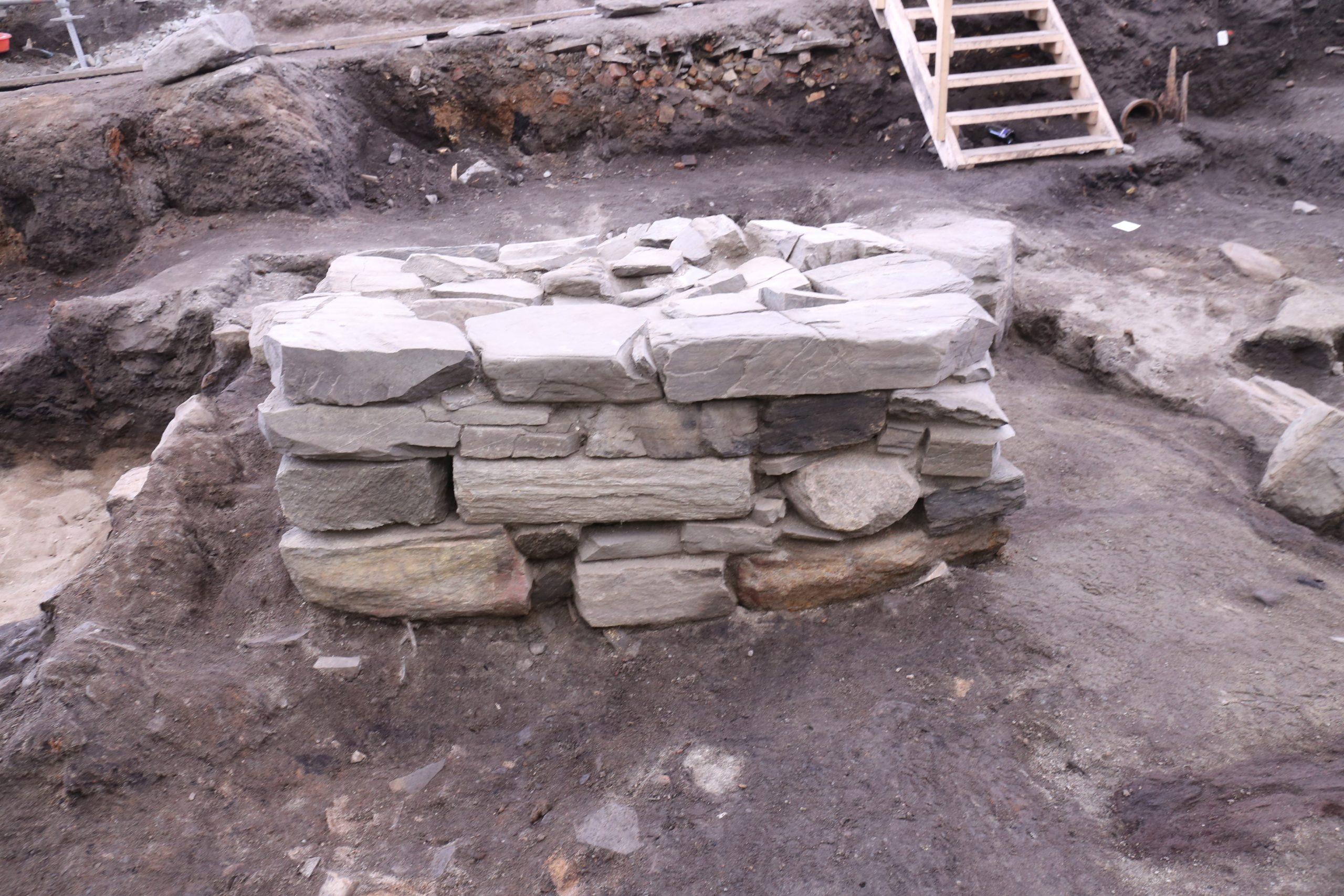 Bildet viser Steinalteret som tilhører kirke 3. All steinen i murverket og alteret er blitt tatt hånd om til fremtidig bruk i utstillingen. Foto: Anna K. Wändahl, NIKU