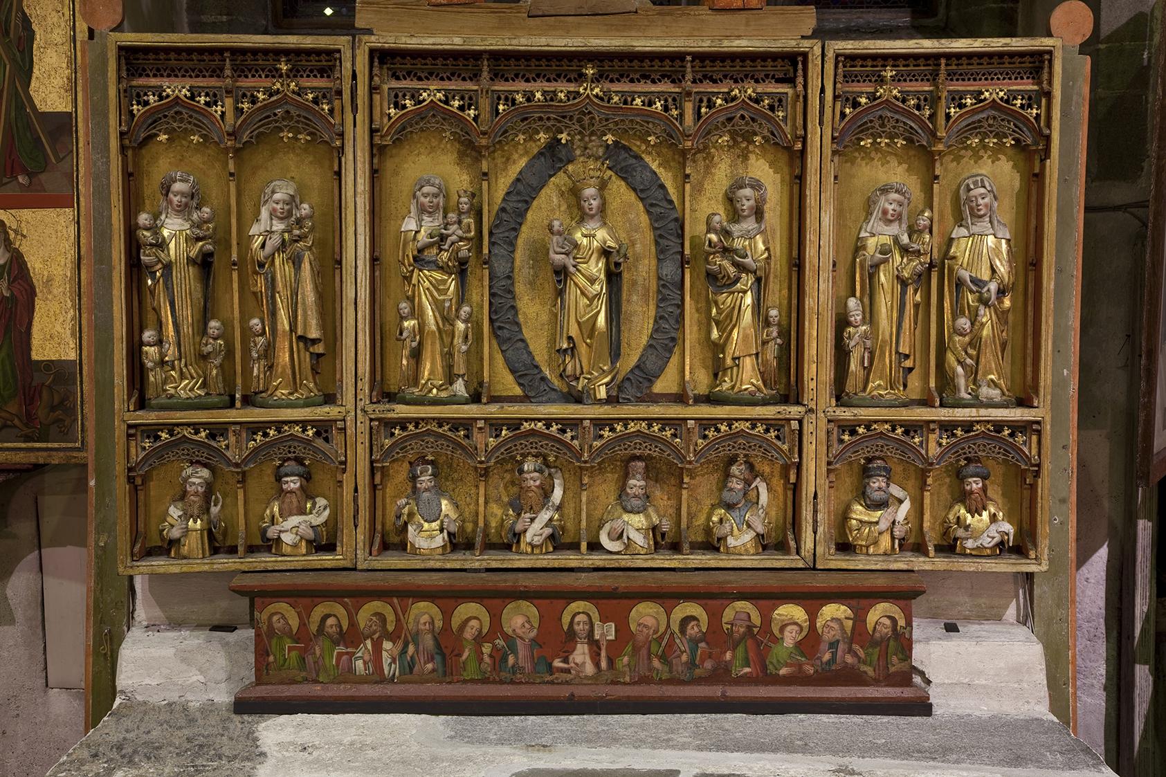 Bilde av interiør i Trondenes kirke: Trondenes kirke i Harstad har tre senmiddelalderske alterskap i koret. De er produsert i Lübeck i siste halvdel av 1400-tallet og tidlig 1500-tall, med Maria og Jesubarnet som hovedmotiv. Foto: Birger Lindstad