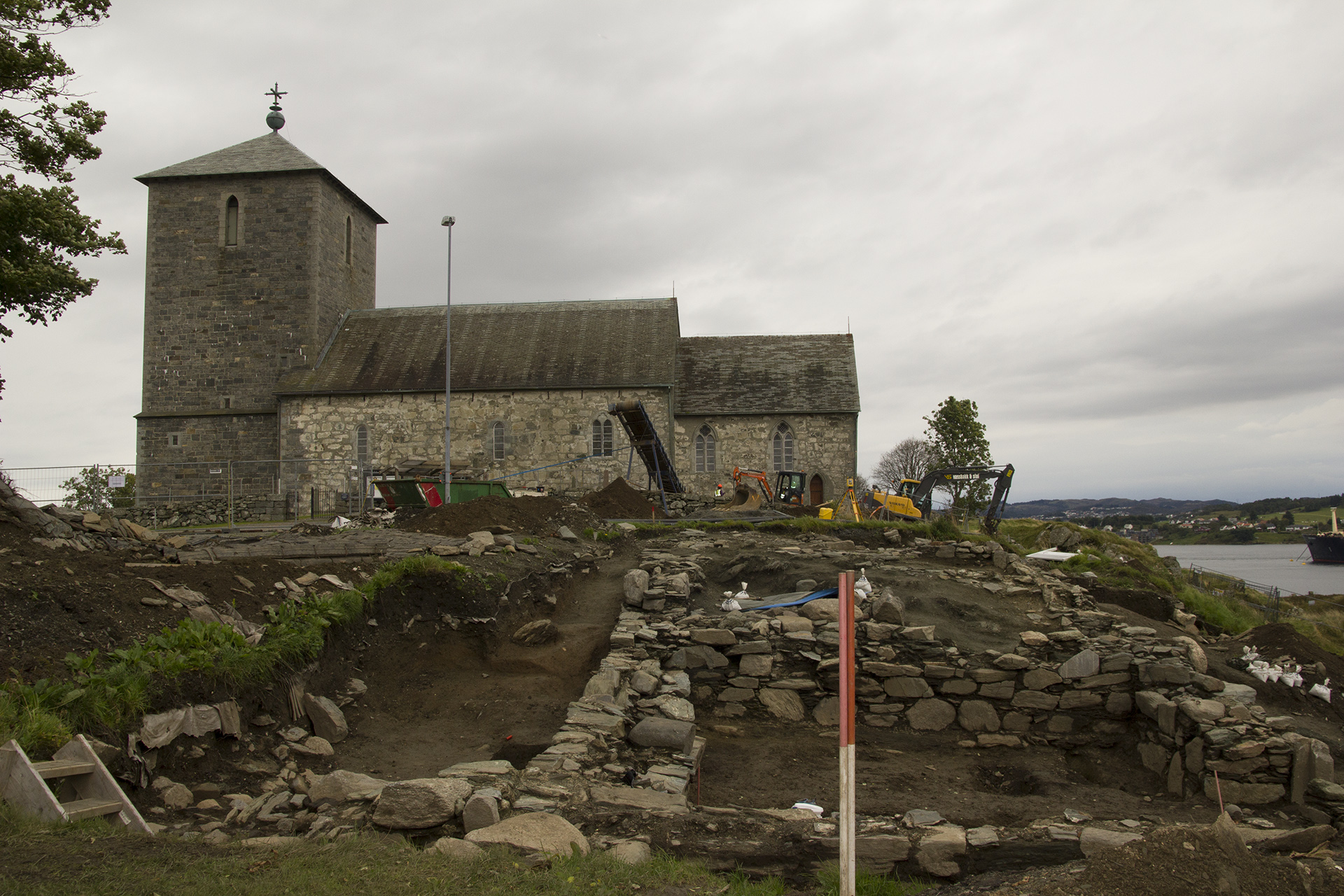 Bilde av ruinen av en kongsgård fra 1300-tallet funnet på Avaldsnes, Karmøy, ved siden av kirken. Foto: Karen Thommesen, Riksantikvaren
