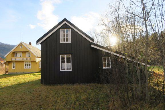 Bildet viser Bårstua på Tørfoss kvengård er fra 1920 og er satt opp på grunnmuren av en eldre bårstue. Denne ble flyttet hit fra Elvskog i Reisadalen (Raininvankka) på 1980-tallet. Foto er tatt av Ståle Arfeldt Bergås, Riksantikvaren.