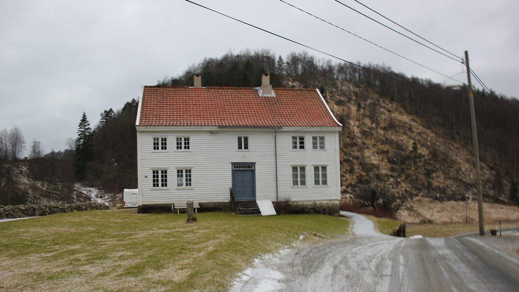 Bilde av Fasaden til våningshuset på Bakke lensmannsgård. Foto: Marit Vestvik, Riksantikvaren