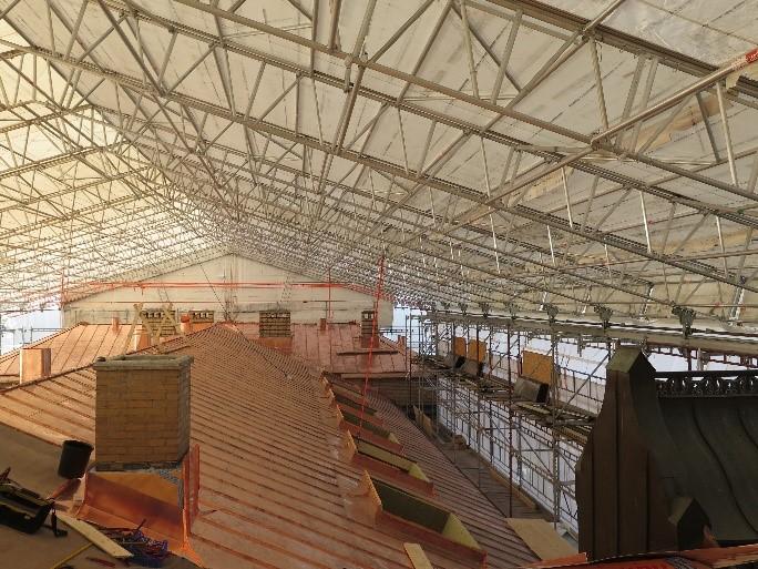 Bilde fra arbeidet med å skifte ut kobbertak og takvinduer og tilbakeføre flere piper under rehabiliteringen av fasaden på Historisk museum i Oslo