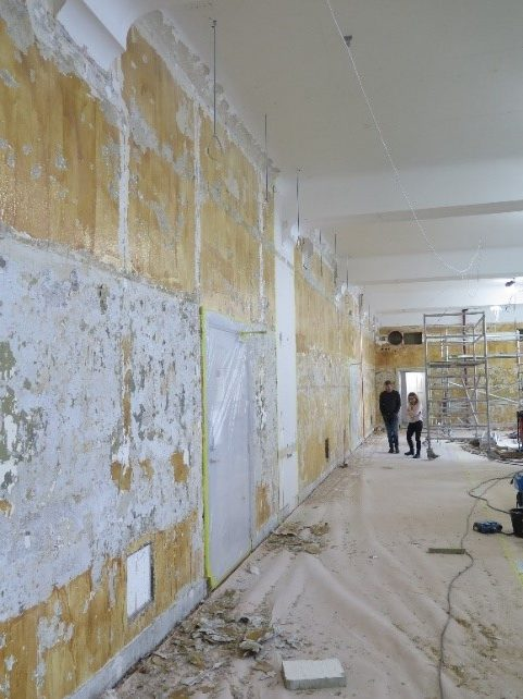 Malingsfjerning med limavtrekk utført i en av de fredete tegnesalene i Hovedbygningen på NTNU.