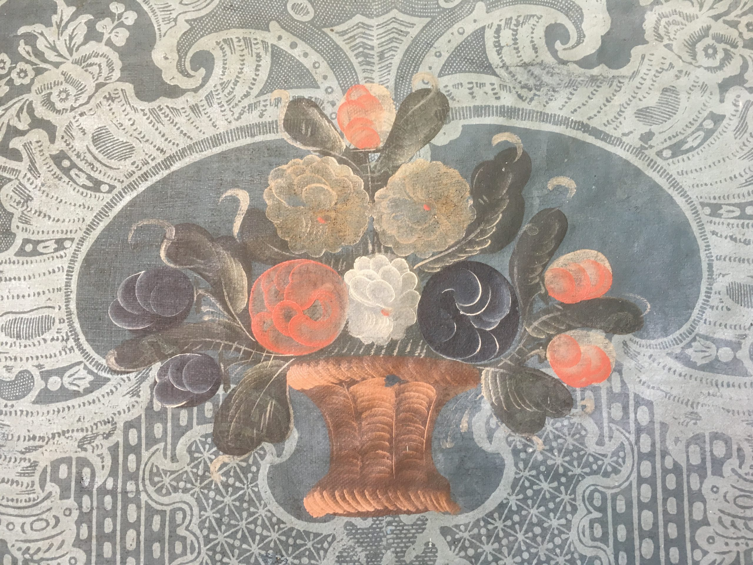 Bildet viser detalj fra tapetene i salen etter restaurering. Foto: Turid Årsheim, Riksantikvaren