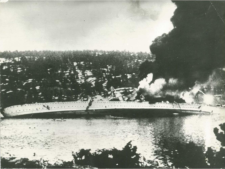 Svart-hvit foto av senkingen avBlücher. Den tyske krysseren Blücher ble 9. april 1940 senket i Drøbaksundet i Oslofjorden. Foto: NTBs krigsarkiv, Riksarkivet