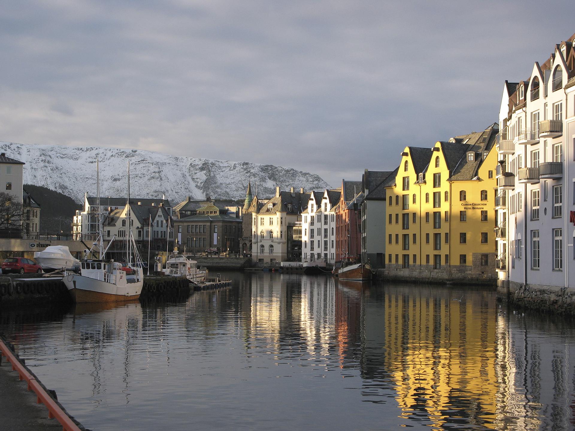 Bilde av Ålesund. Den godt bevarte jugendarkitekturen gir Ålesund historisk karakter. Foto: Cornelis Horn Evensen, Riksantikvaren
