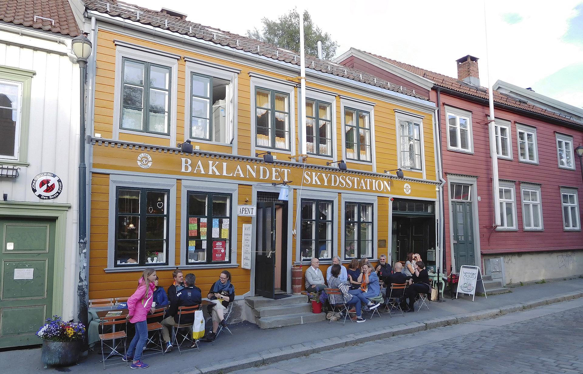 Bilde av et levende bymiljø på Bakklandet i Trondheim. Foto: Leidulf Mydland, Riksantikvaren