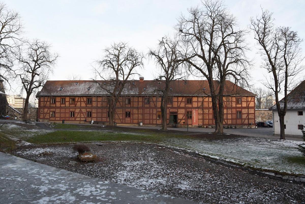 Bildet viser det lange røde hus, et av byggene som er knyttet til Akershus Festning. Foto er tatt av Dagfinn Rasmussen, Riksantikvaren