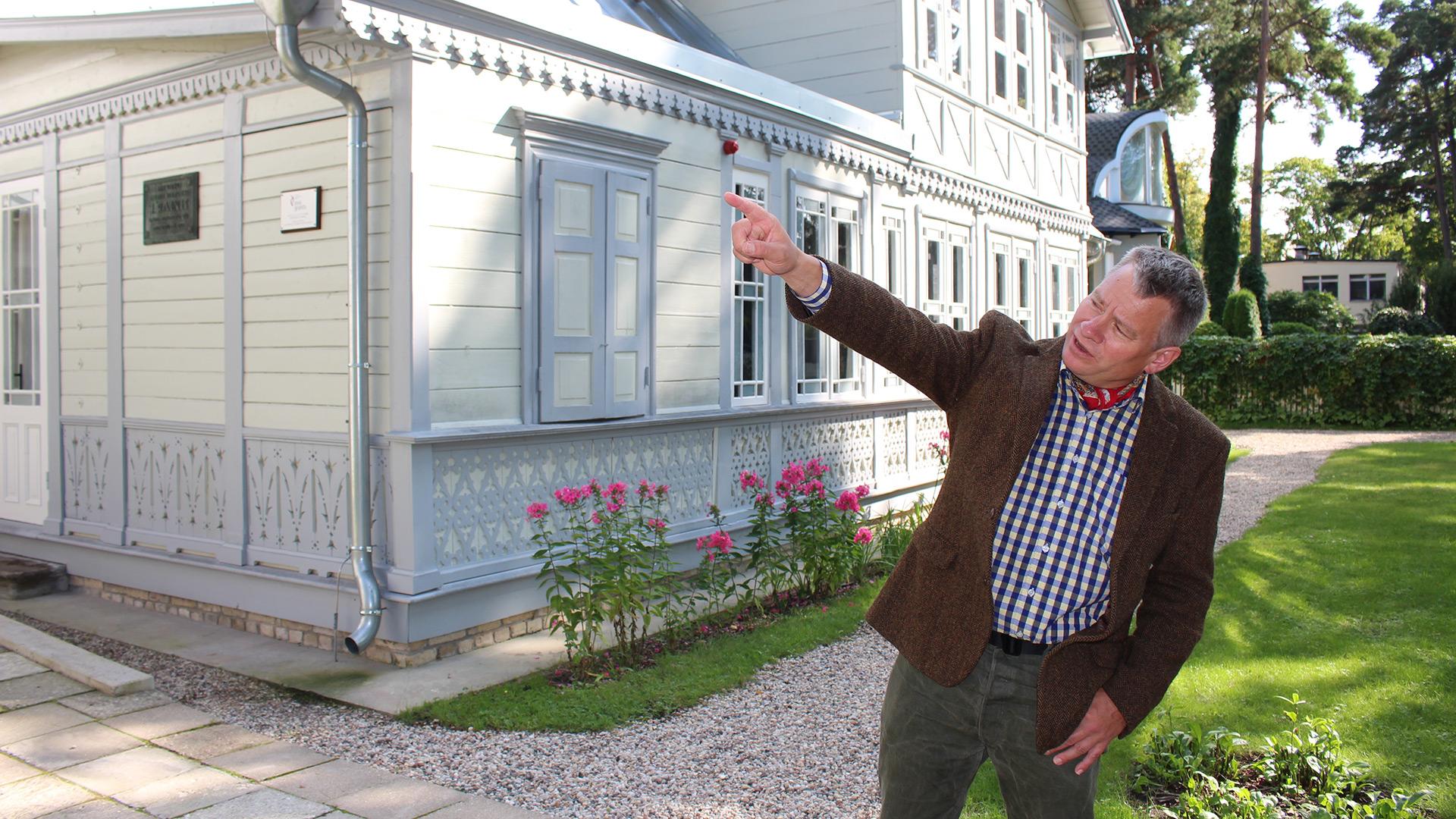 Bilde av Eivind Falk, leder for Norsk håndverksinstitutt ved Lillehammer museum, viser stolt fram det nyrestaurerte sommerstedet til dikterekteparet Rainis og Aspazija i Jurmala, en strandby litt utenfor Riga. Foto: Anja Heie, Riksantikvaren