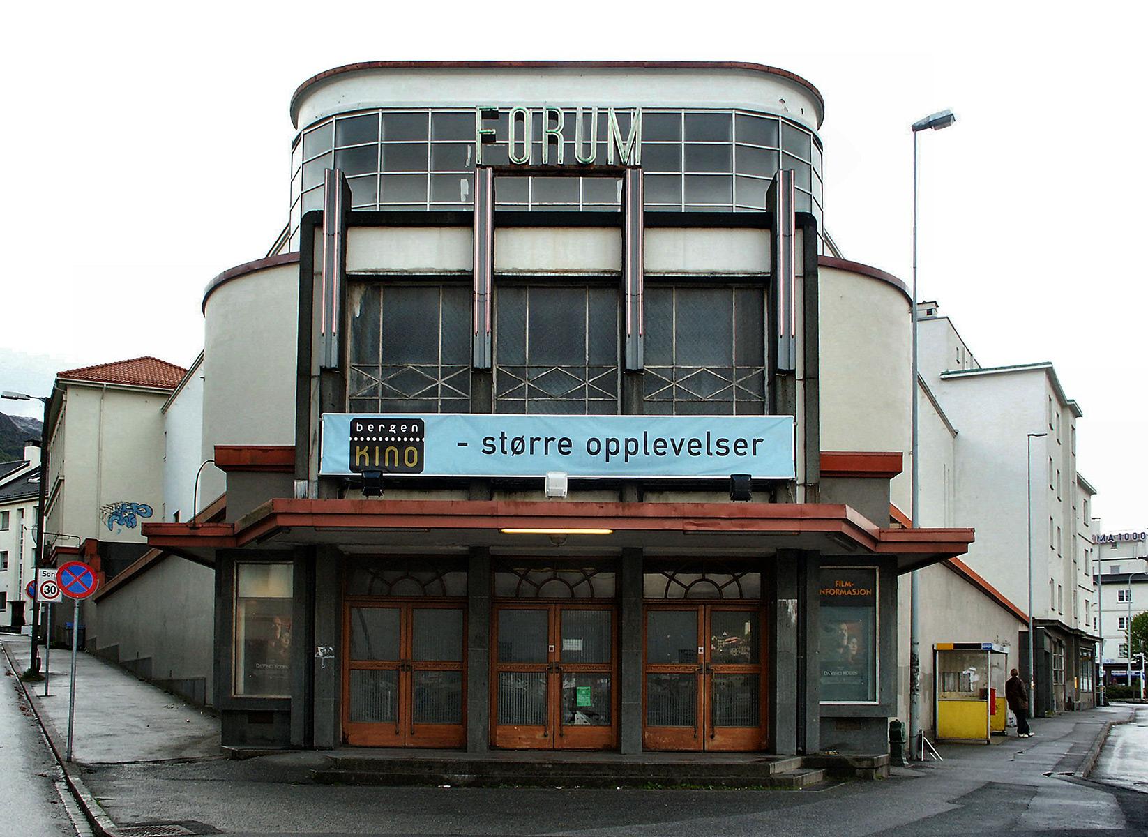 Bilde av hovedinngangen til Forum kino i Bergen. Foto: Frode Inge Helland