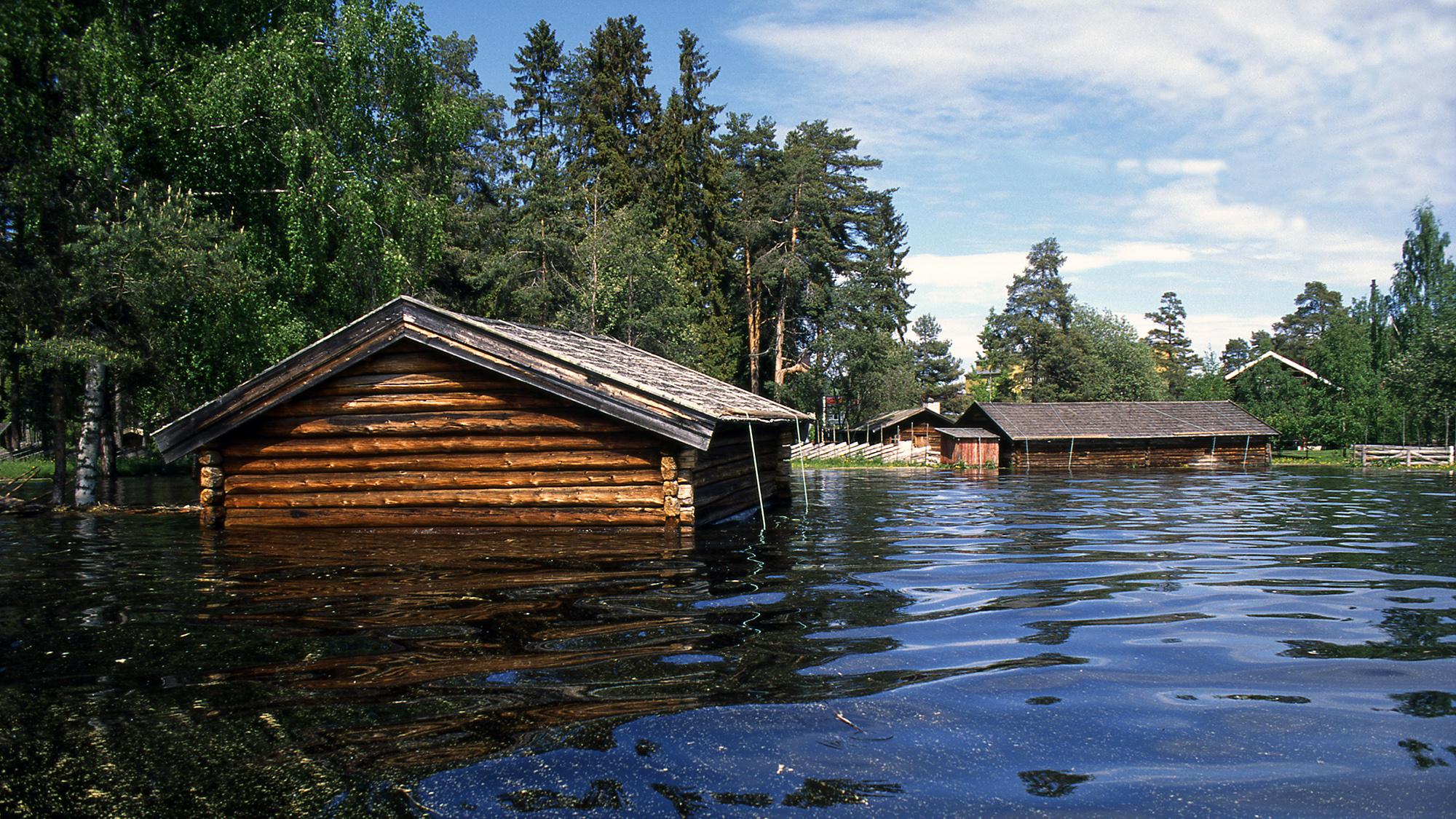 Bilde av bygninger knyttet til Hedmarksmuseet på Hamar etter flommen i Mjøsa i 1995. Foto: Jan Haug, Domkirkeoddens fotoarkiv