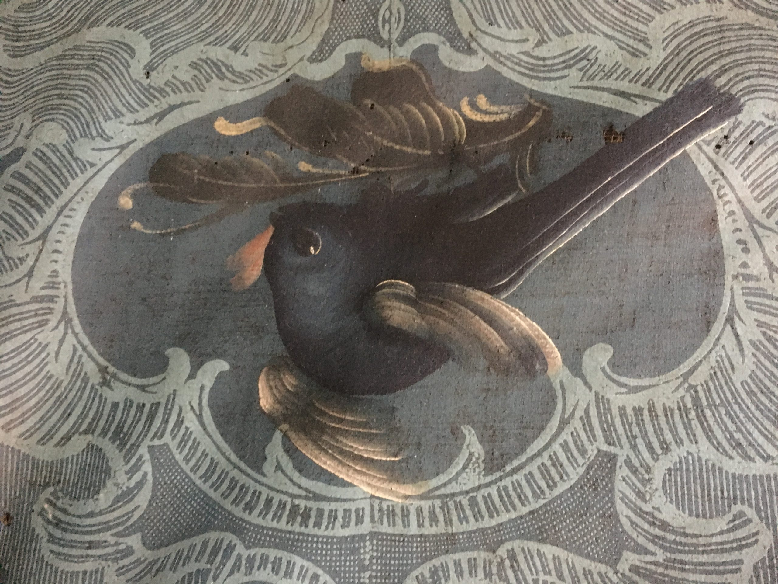 Nærbilde av tapet. Tapetene på Hovin har vakre fugle- og blomstermotiv. Her er en fugl før restaurering. Foto: Turid Årsheim, Riksantikvaren