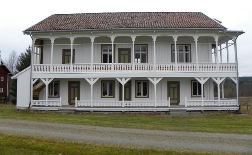 Bilde av hovedfasaden på sanatoriet på Gjøsegården med mye dagslys og luftige verandaer. Foto er lånt fra Hedmark fylkeskommune