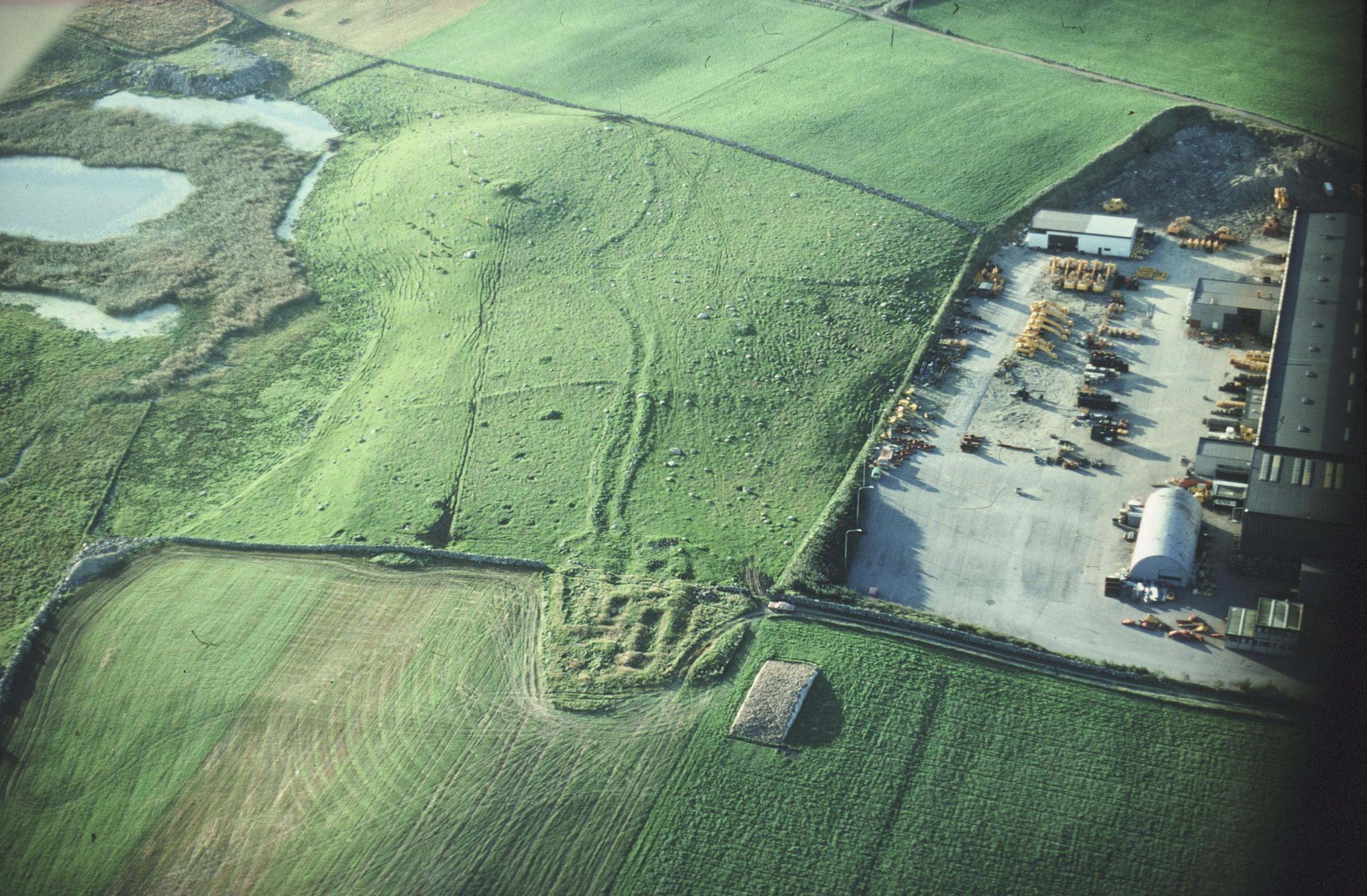 Flyfoto av Hanaland i Rogaland. Her ligger tufter, gravhauger rydningsrøyser og sammenraste steingjerder kant-i-kant med et moderne industriområde. Foto: Terje Tveit, Arkeologisk museum, UiS.