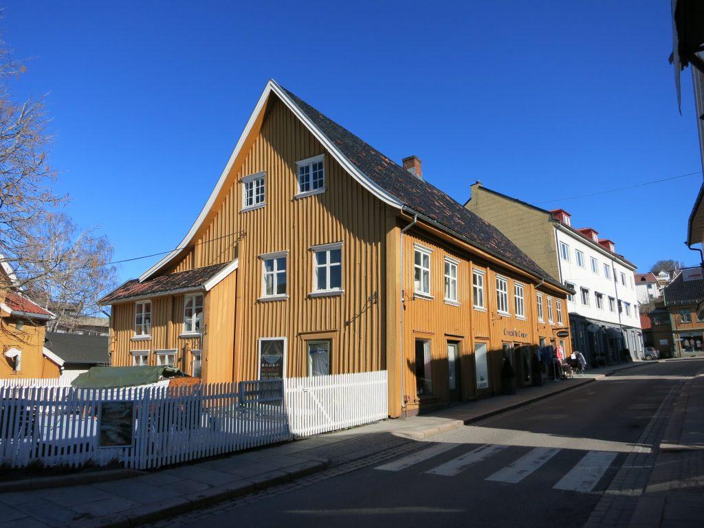 Bilde av handelshuset i Drøbak. Det hyggelige sennepsgule huset med skråtak ble oppført på slutten av 1700-tallet eller i første halvdel av 1800-tallet. Foto: Akershus fylkeskommune