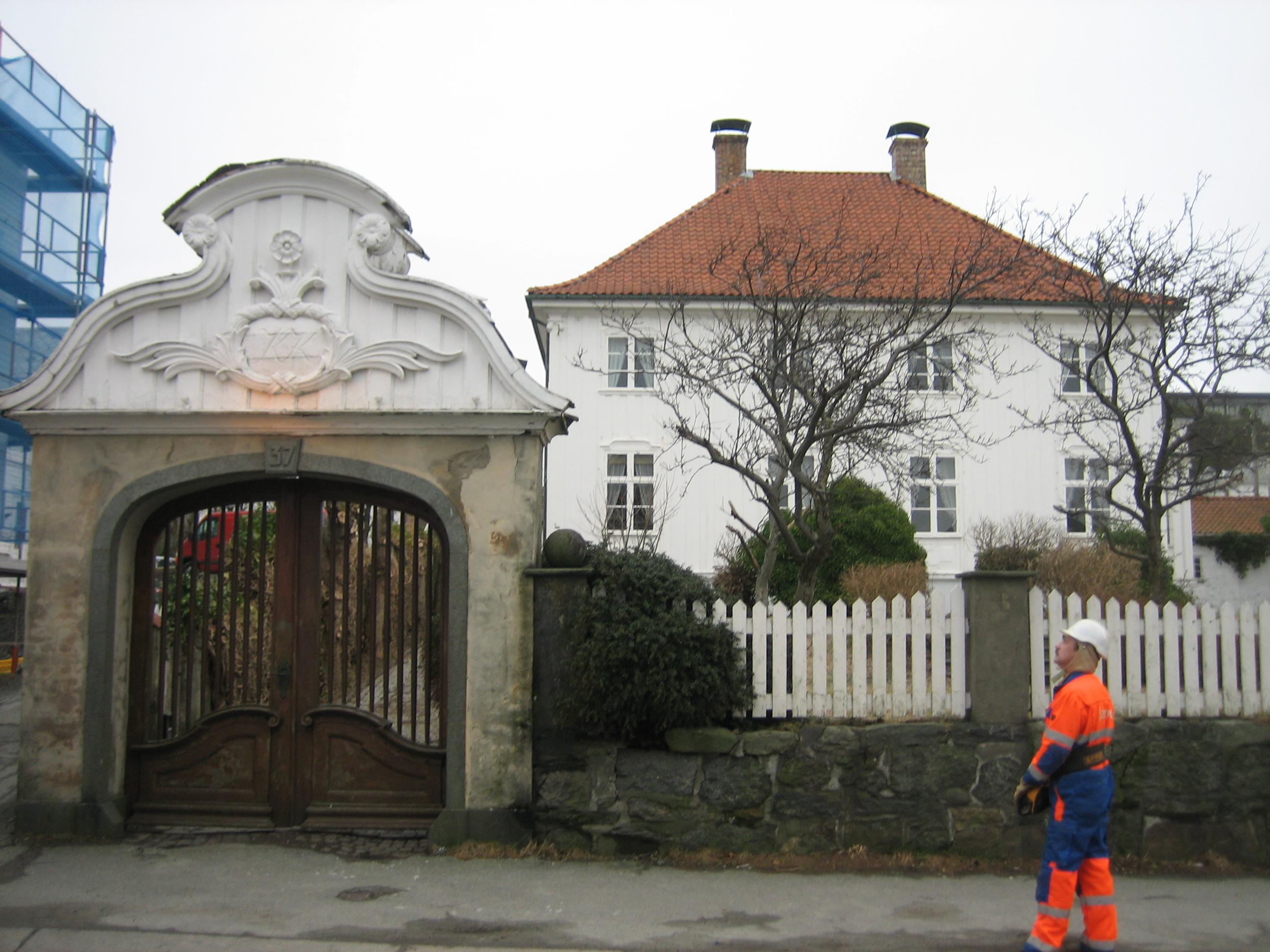 """Bildet viser """"Knutsenhuset"""" med den markante portalen over den doble porten inn fra Haraldsgata til eiendommen. Fot er tatt av Cornelis Horn Evensen, Riksantikvaren"""
