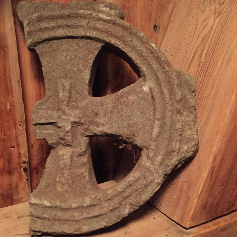 Bilde av fragmentet av hjulkorset er fra middelalder, sannsynligvis fra tiden 1150-1350. Foto: Åse Bergan