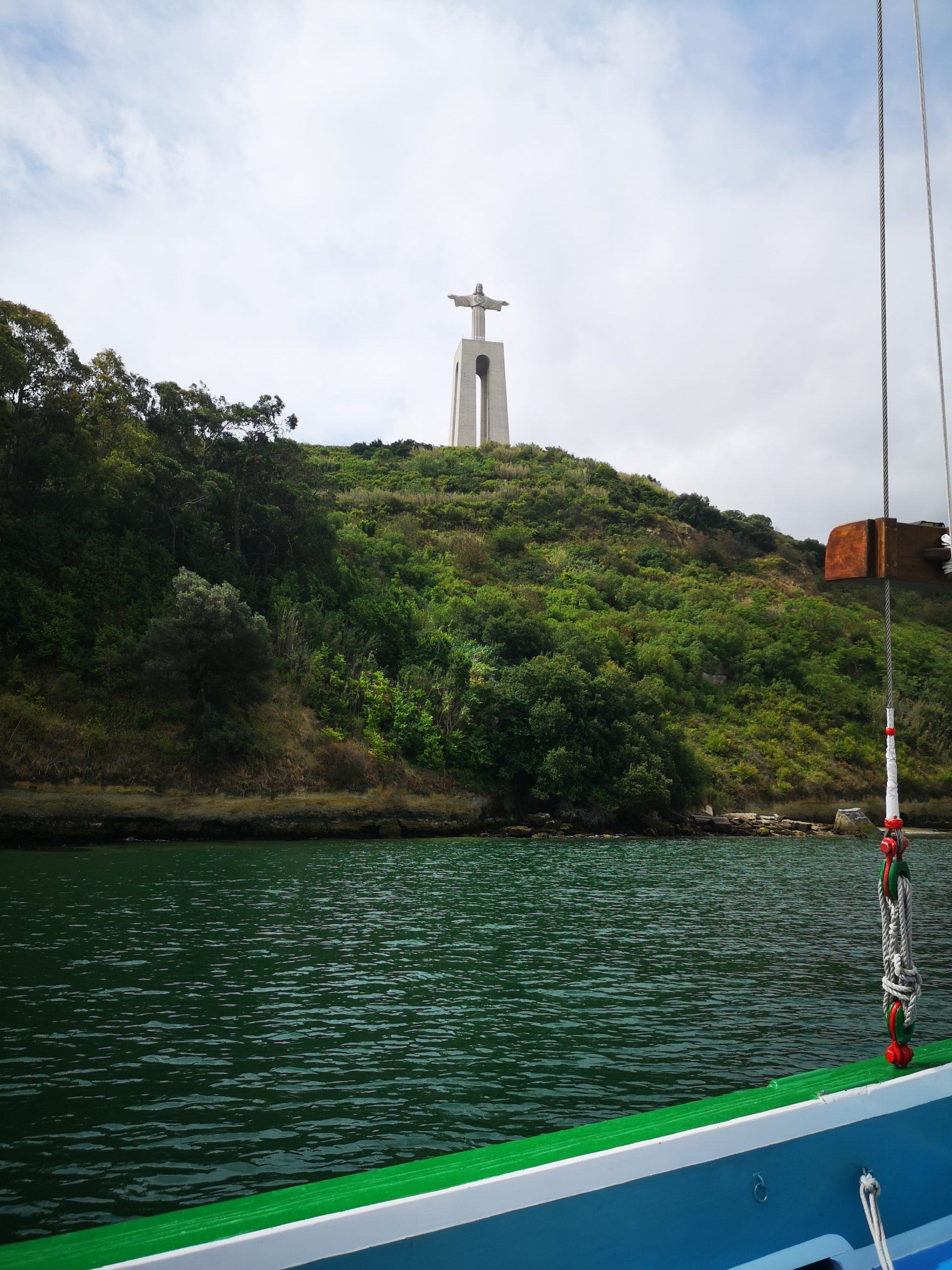 Utsikt til Kristus-statuen som skuer ut over Lisboa