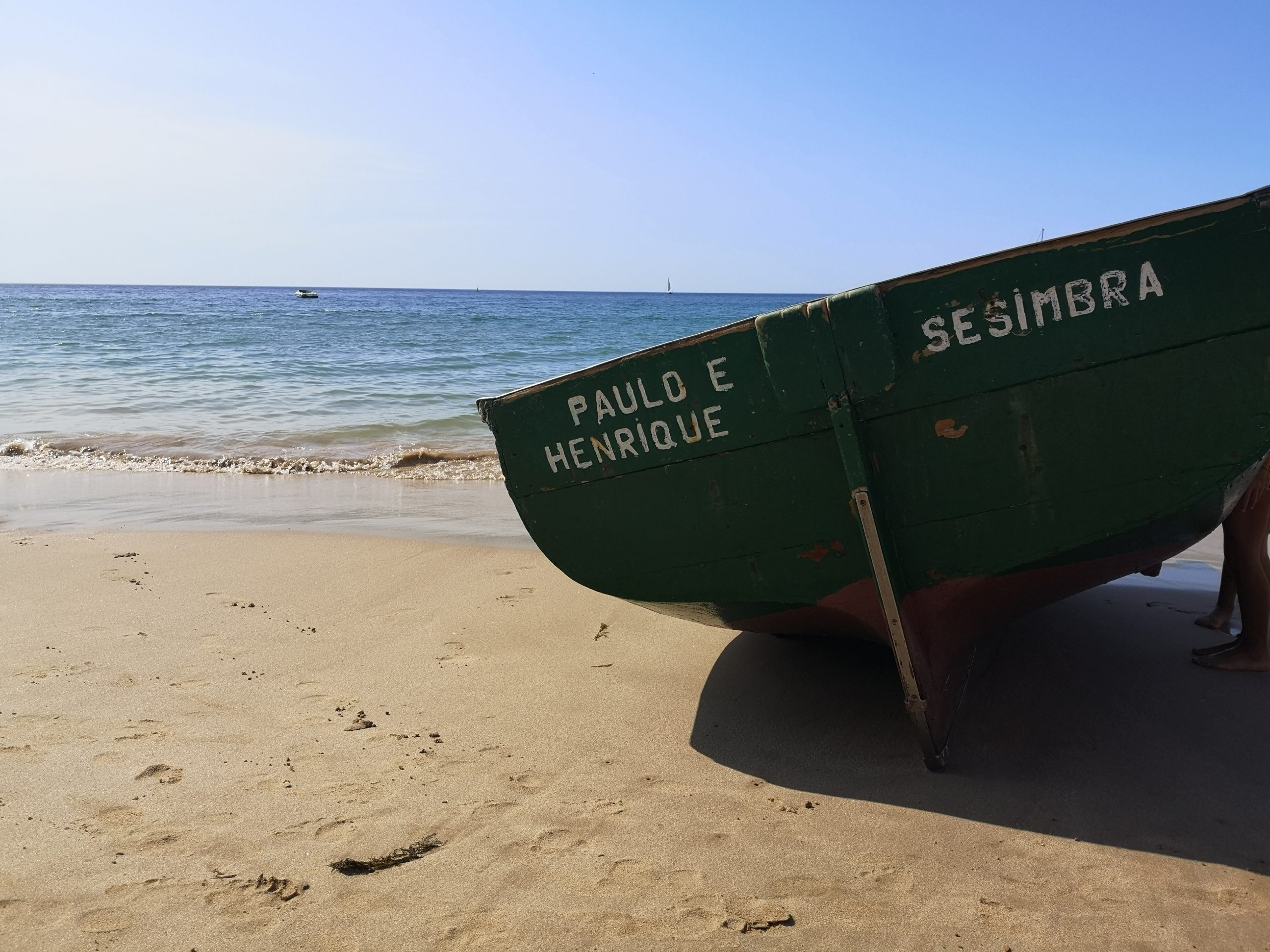 Grønn båt på stranden i Sesimbra, Portugal. Foto: Kristin Eliassen