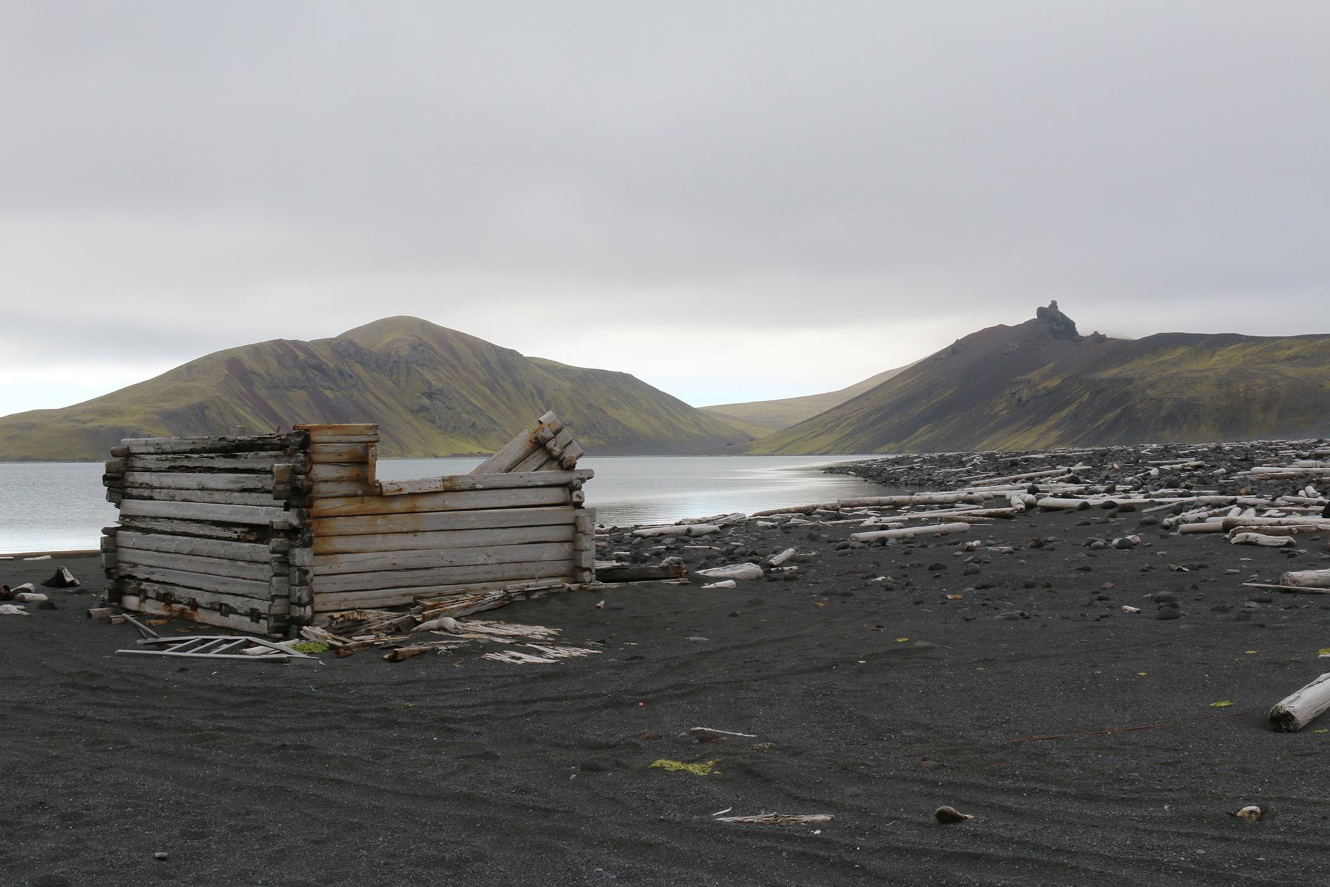 Bildet viser Utsikt til Nordlaguna fra badstua på Jan Mayen. Foto: Karen Thommesen, Riksantikvaren