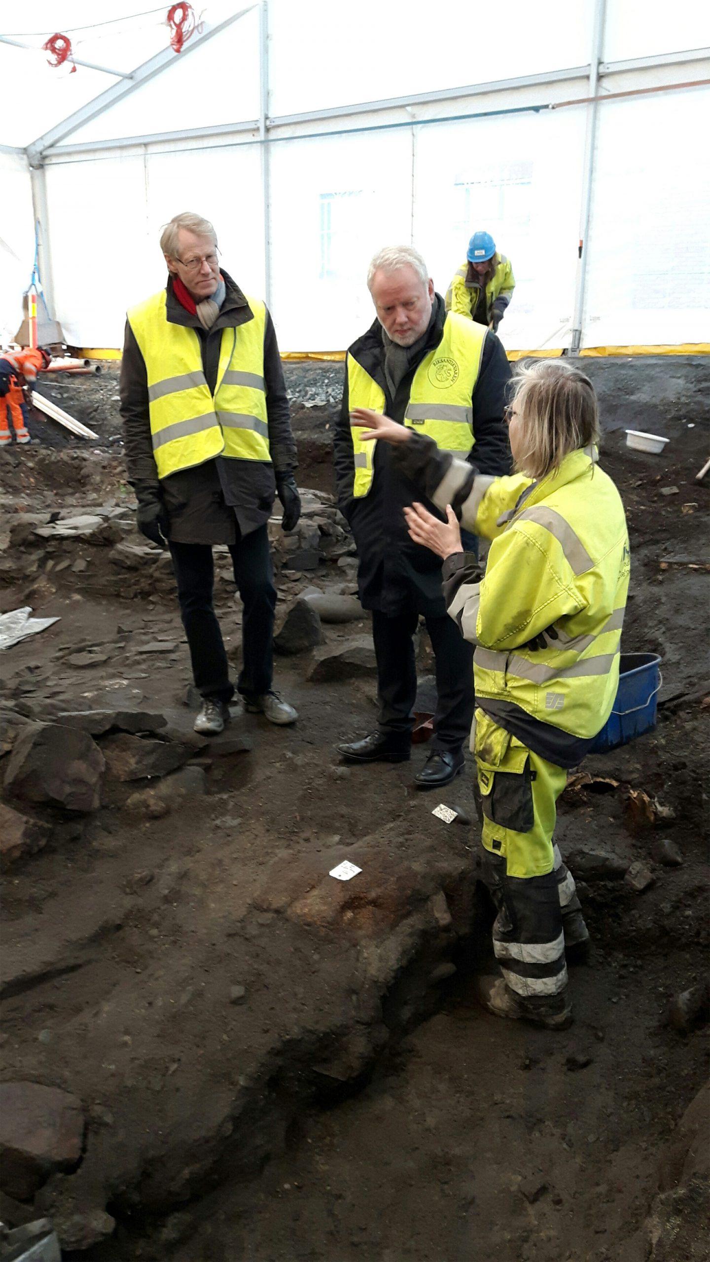 Bilde av Riksantikvar Jørn Holme som orienteres av utgravningsleder Anna Petersén fra NIKU i forbindelse med oppstarten av de arkeologiske undersøkelsene den 6. februar 2017. Foto: Sissel Ramstad Skoglund, Riksantikvaren