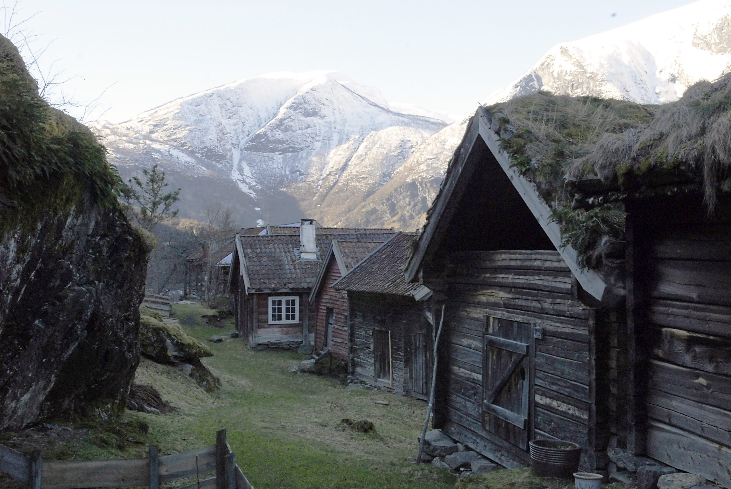 Bilde av Otternes bygdetun i Aurland kommune i Sogn og Fjordane er et av kulturmiljøene som den internasjonale klimasatsningen tar utgangspunkt i. Foto: Marte Boro, Riksantikvaren