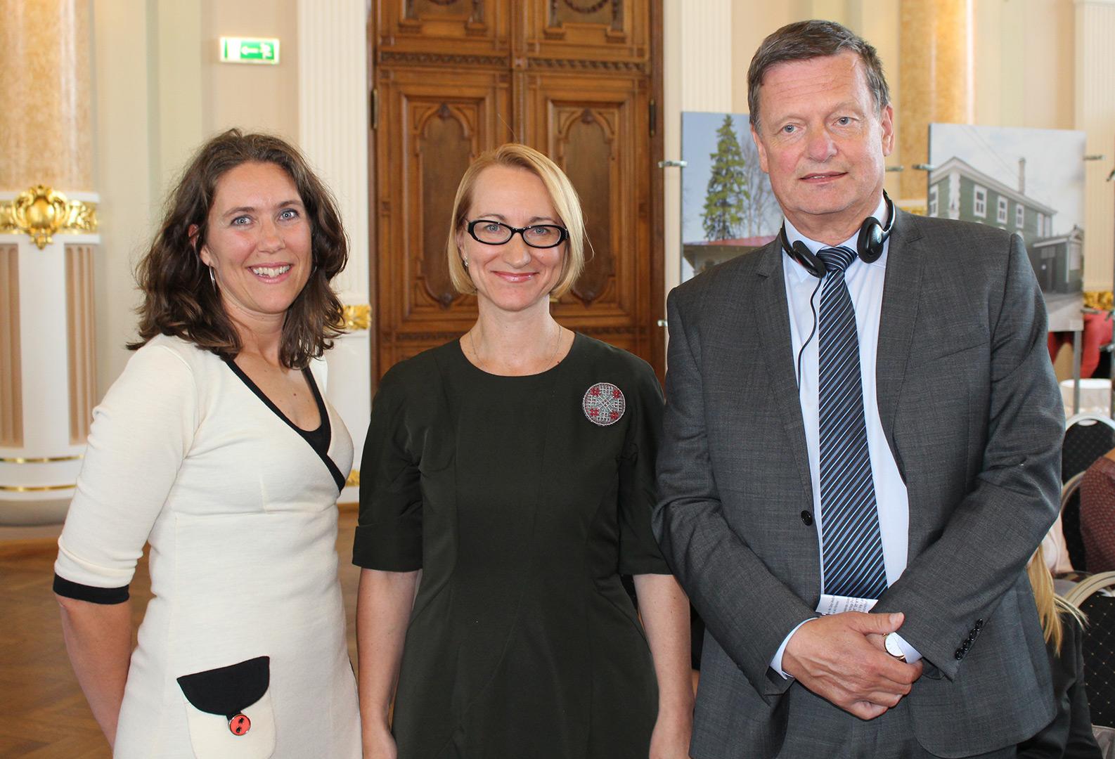 Bilde av den latviske kulturministeren (i midten), den norske ambassadøren til Latvia (t.h) og Riksantikvarens representant (t.v) skrøt av de svært gode resultatene på avslutningen for det latviske kulturarvsprogrammet på Nasjonalmuseet i Riga. Foto: Anja Heie, Riksantikvaren