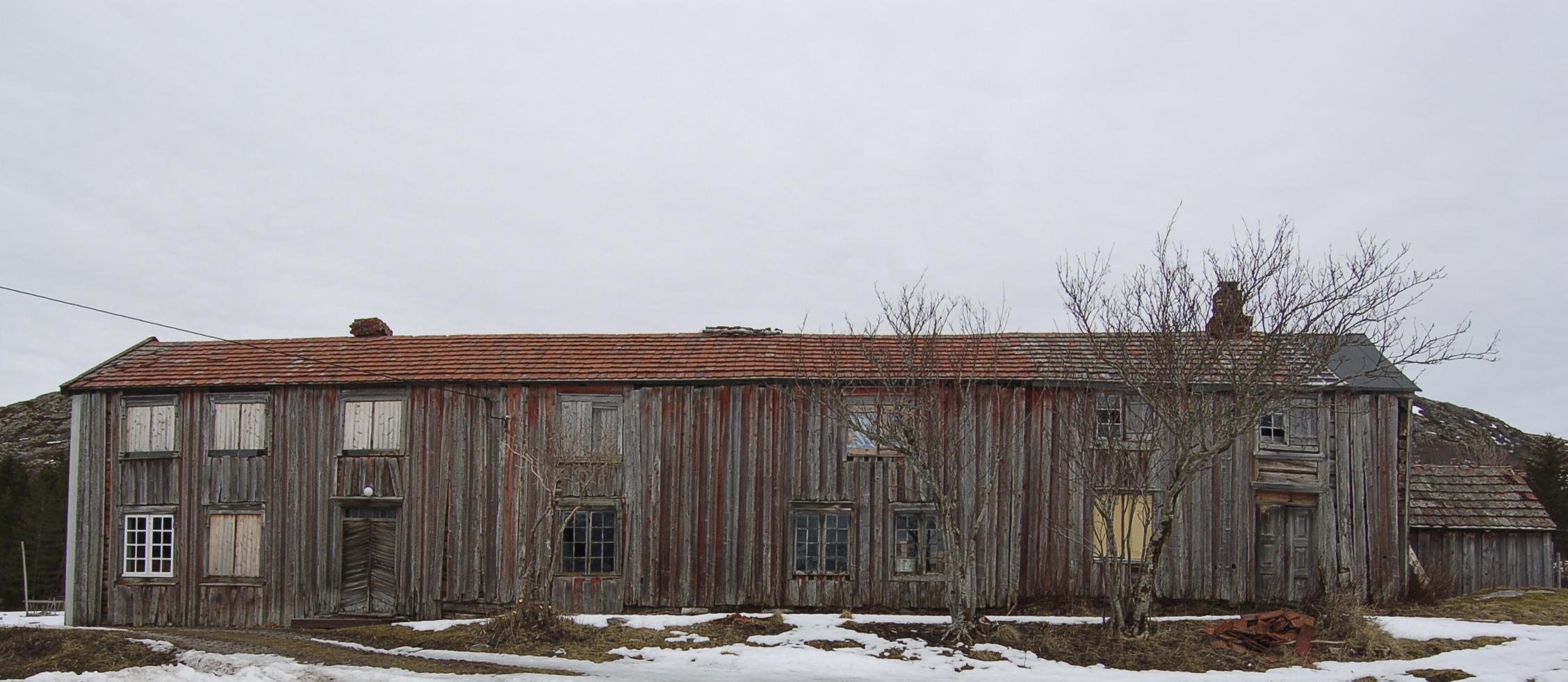 Bilde av Kvalfjordlånas fasade mot sjøen (sørøst). Foto: Einar Strand, Nord-Trøndelag fylkeskommune