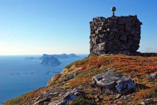 Utsikt mot lofotodden i nordland. Steinlandskap mot skyfri himmel