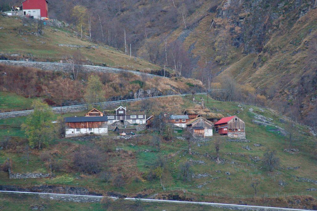 Bilde av Mølletunet som ligg nær toppen av Ørnevegen, med dei mange og krappe svingane opp eller ned til Geiranger. Foto: Jorun Elisabet Aresvik Hals, Riksantikvaren