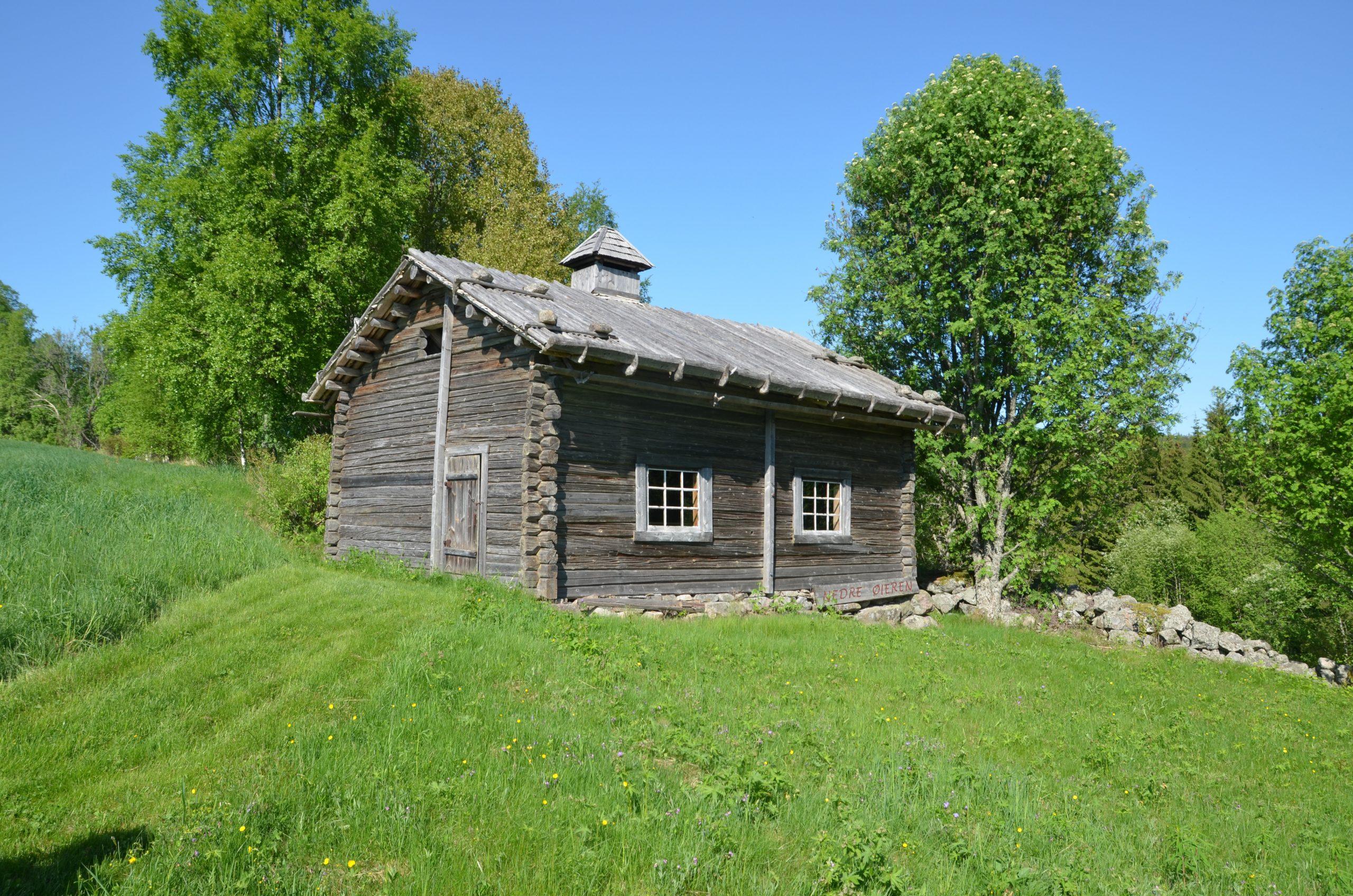 Bilde av den skogfinske røykbadstua på Nedre Øyeren i Kongsvinger kommune i Hedmark er den eneste skogfinske bygningen i Norge som er fredet. Bygningen har to røykeovner, en til oppvarming og matlaging og en til badstubruk. Foto: Berit Rønsen, Riksantikvaren
