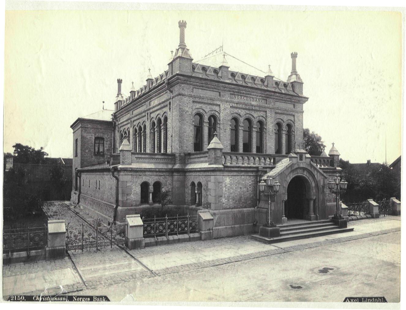 Bilde av Norges Bank. Norges Banks avdelingskontor i Kristiansand ble bygget mellom 1877 og 1879. I 1892 brant bygningen, men allerede i 1893 kunne man flytte inn igjen etter restaurering. Foto: Axel Lindahl, Norges Bank