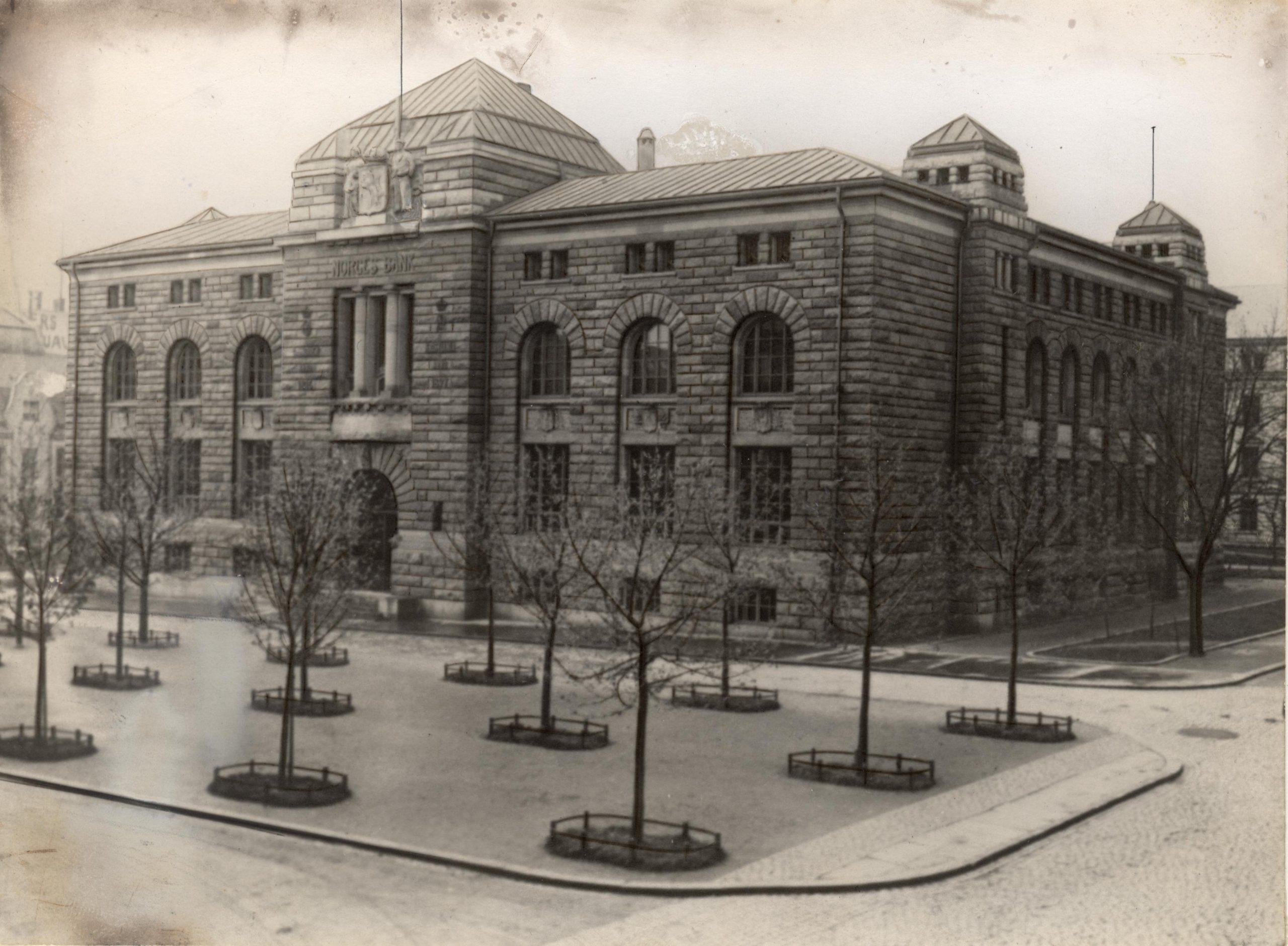 Bilde av Norges Banks første hovedkontor i Kristiania fra 1906. Foto fra Riksantikvarens arkiver