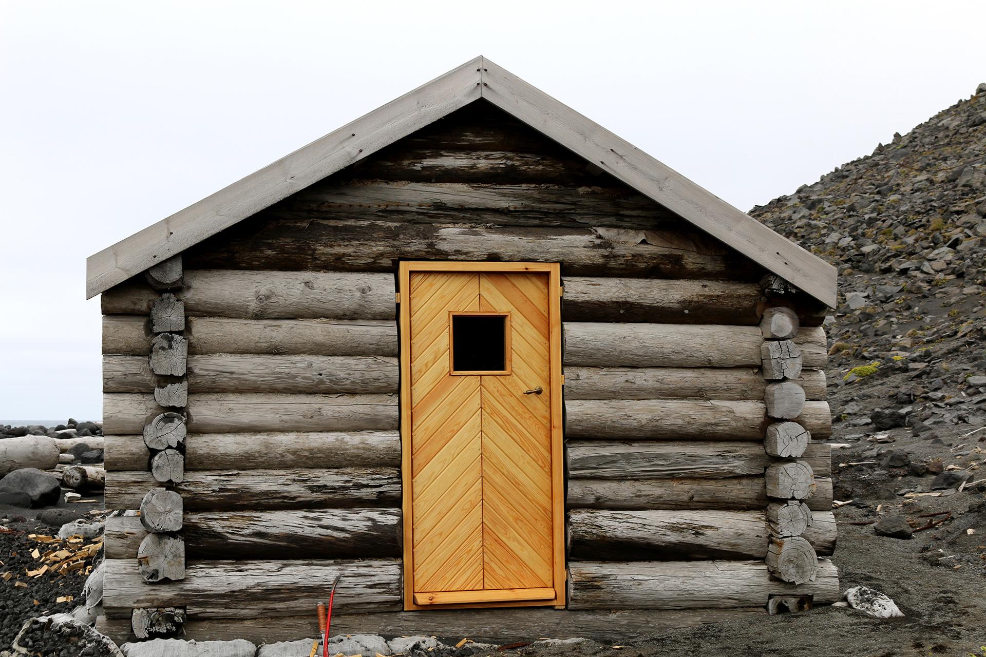 Bilde av Jan Mayen med ny dør. Foto: Karen Thommesen, Riksantikvaren